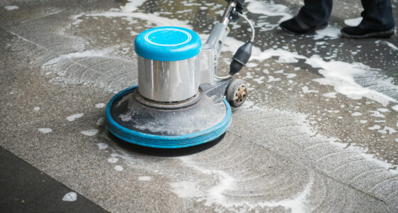 Der Boden wird mit einem Spezialreinigungsgerät gesäubert.