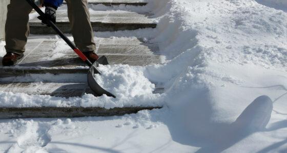 Ein Weg wird mit einer Schaufel vom Schnee befreit.